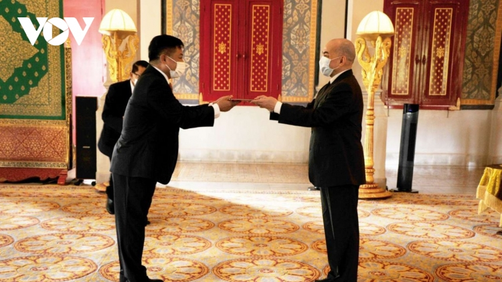 Đại sứ Việt Nam trình Quốc thư lên Quốc vương Campuchia
