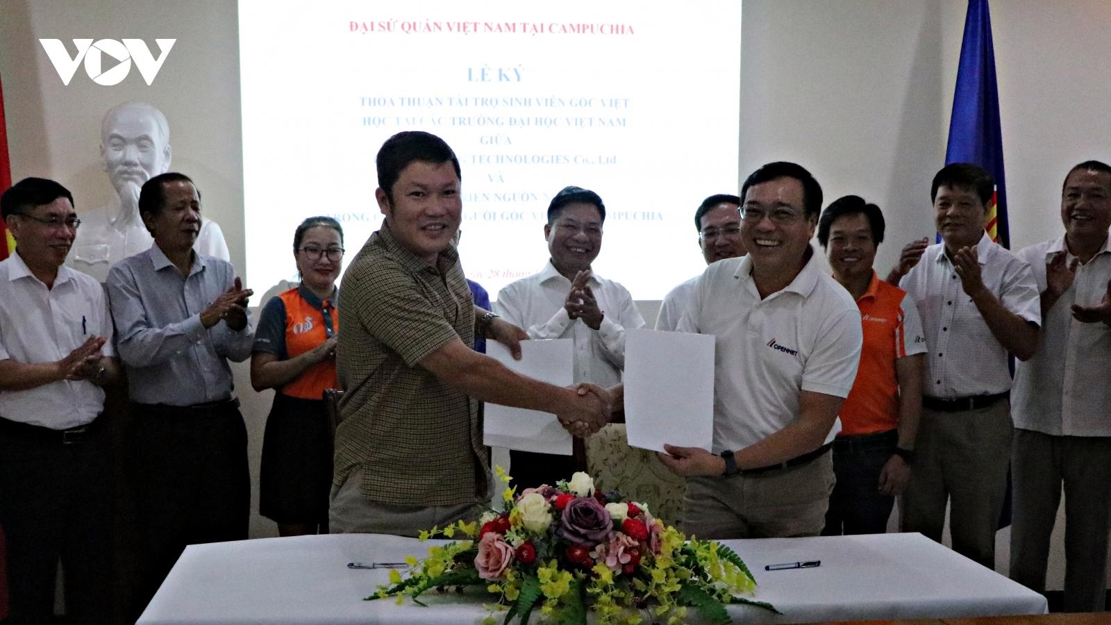 Chung tay hỗ trợ sinh viên nghèo gốc Việt tại Campuchia