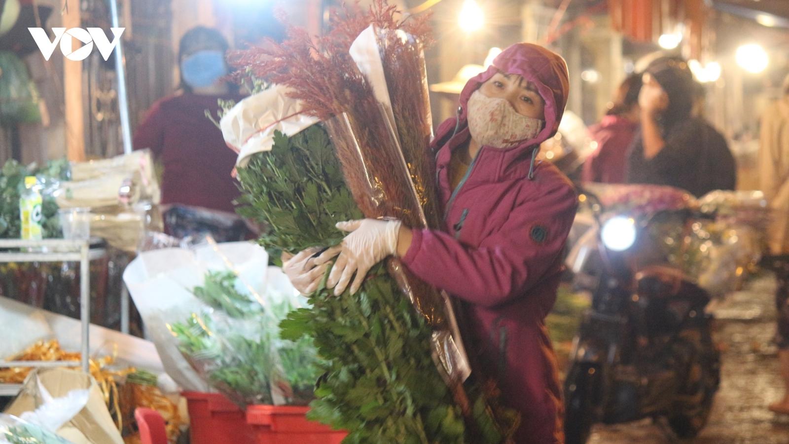 Dòng người chen chân ở chợ hoa Quảng An ngày 20/10