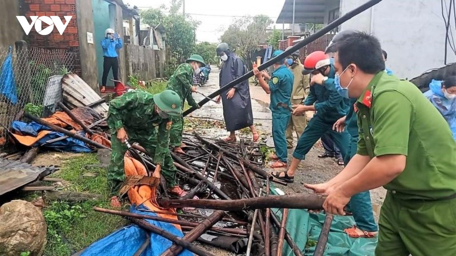 Hàng trăm cán bộ, chiến sĩ giúp dân sửa chữa nhà cửa do lốc xoáy