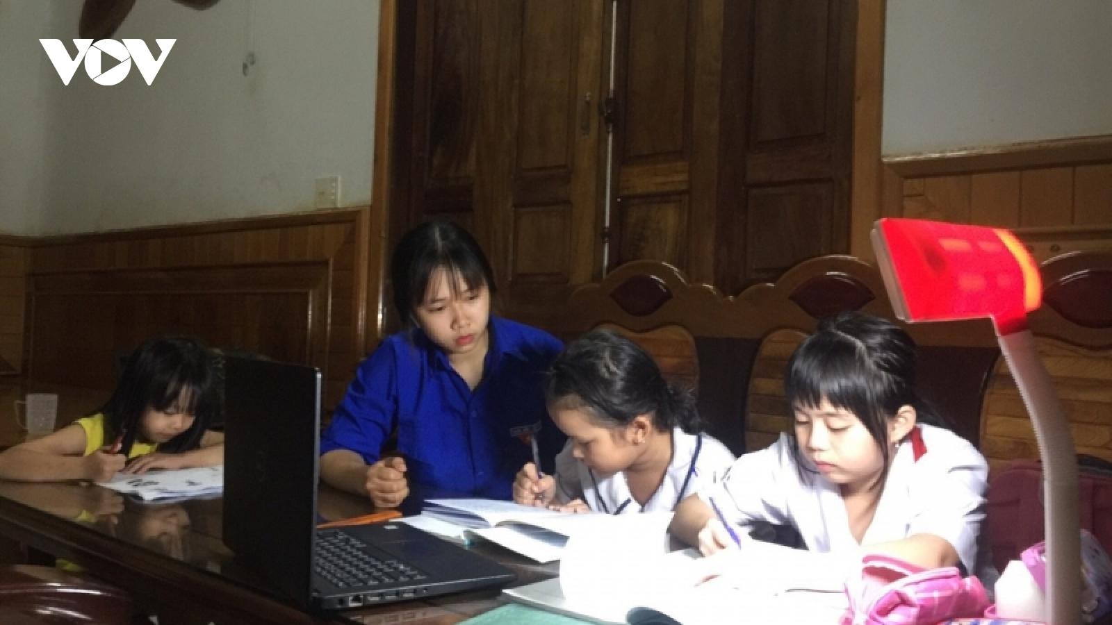 """Lớp học """"Khăn hồng"""" trong dịch bệnh Covid-19 ở vùng sâu Đắk Lắk"""