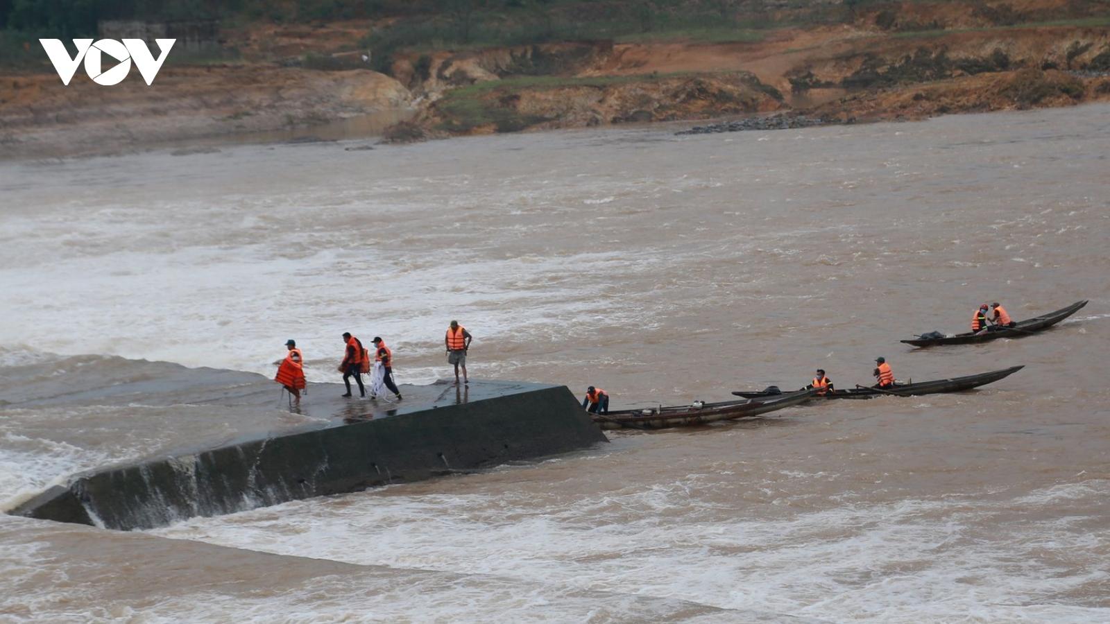 Hình ảnh giải cứu 7 người mắc kẹt giữa dòng nước xiết tại Quảng Trị
