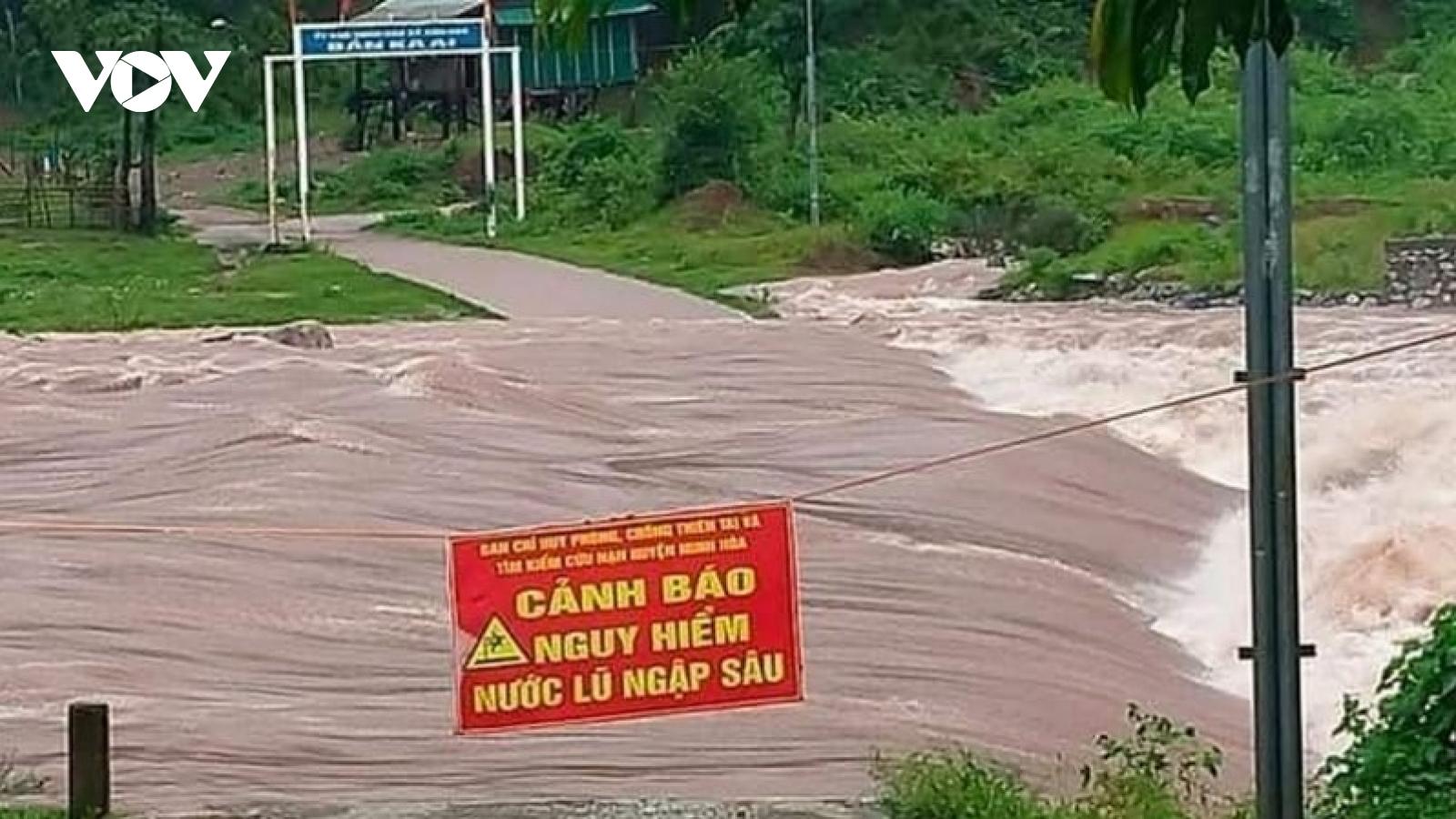 Nhiều người đi rừng chưa liên lạc được vì chia cắt do mưa lũ ở Quảng Bình