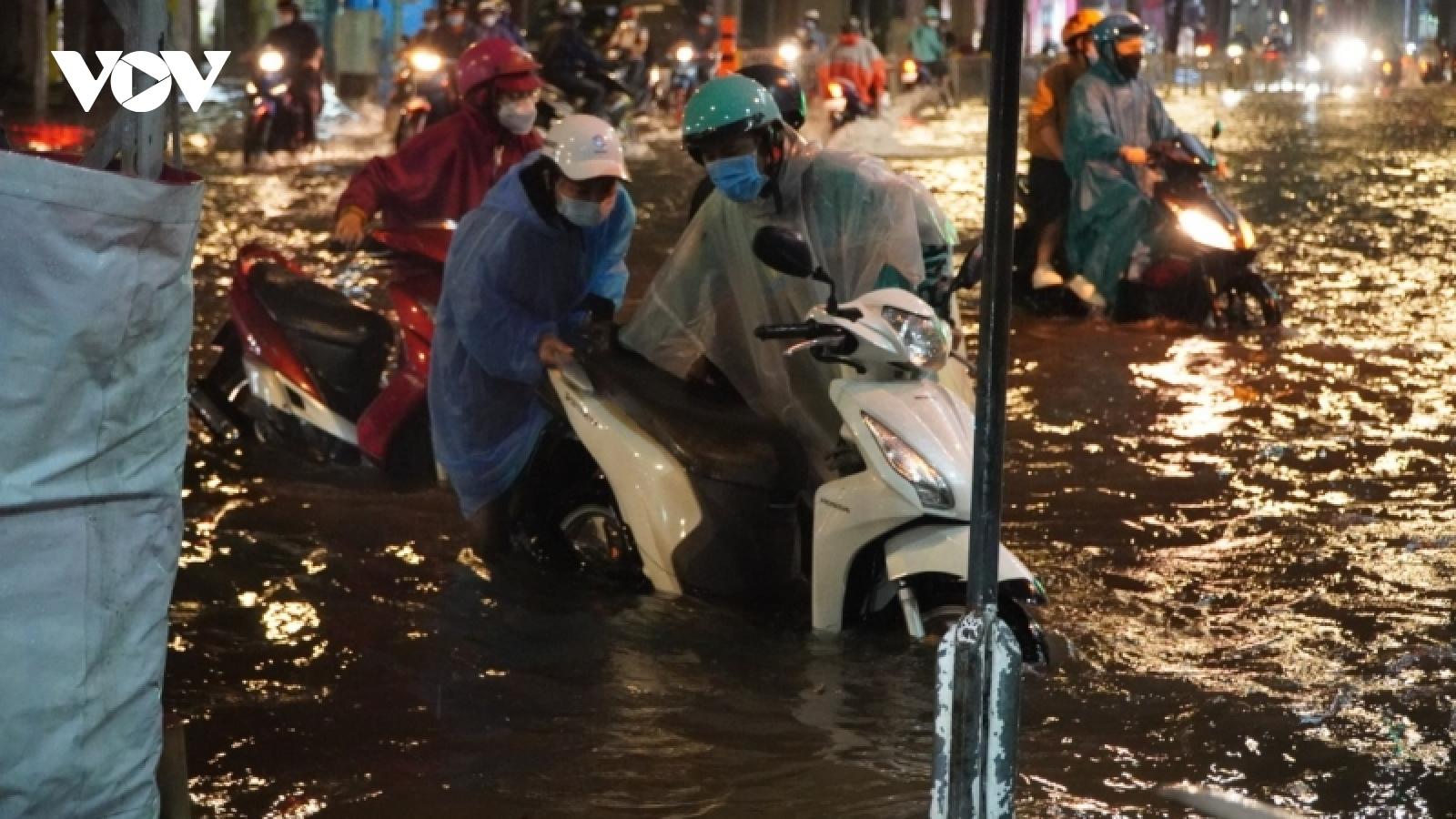 Nhiều tuyến đường ở trung tâm TP.HCM ngập nặng sau cơn mưa