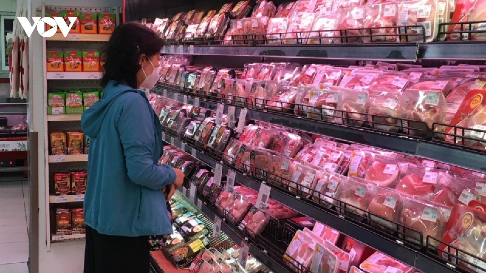 """Giá lợn hơi giảm xuống """"đáy"""" nhưng giá thịt lợn vẫn cao"""