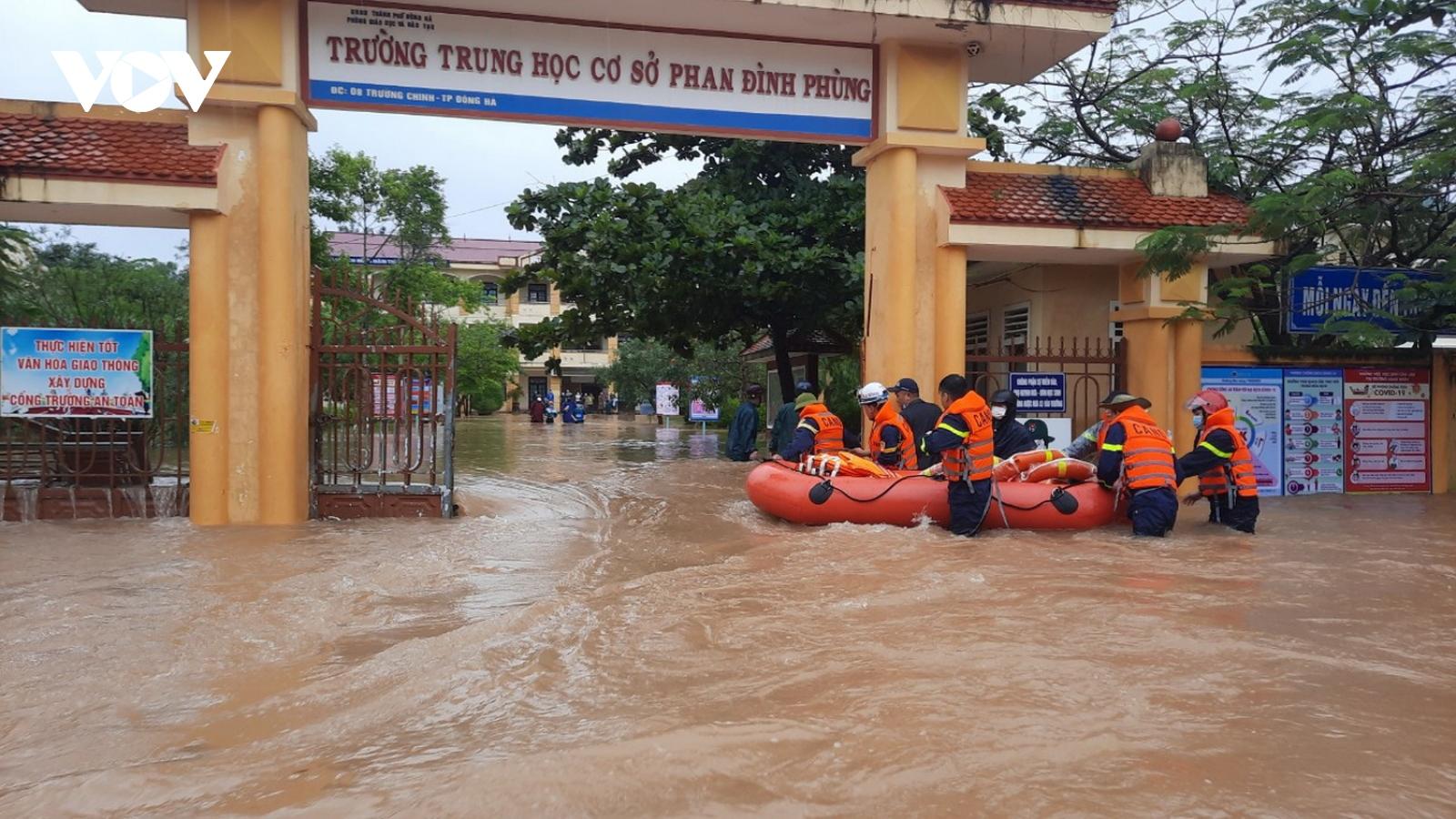 TP Đông Hà ngập nặng, lực lượng cứu hộ dùng ca nô di chuyển học sinh ra khỏi trường