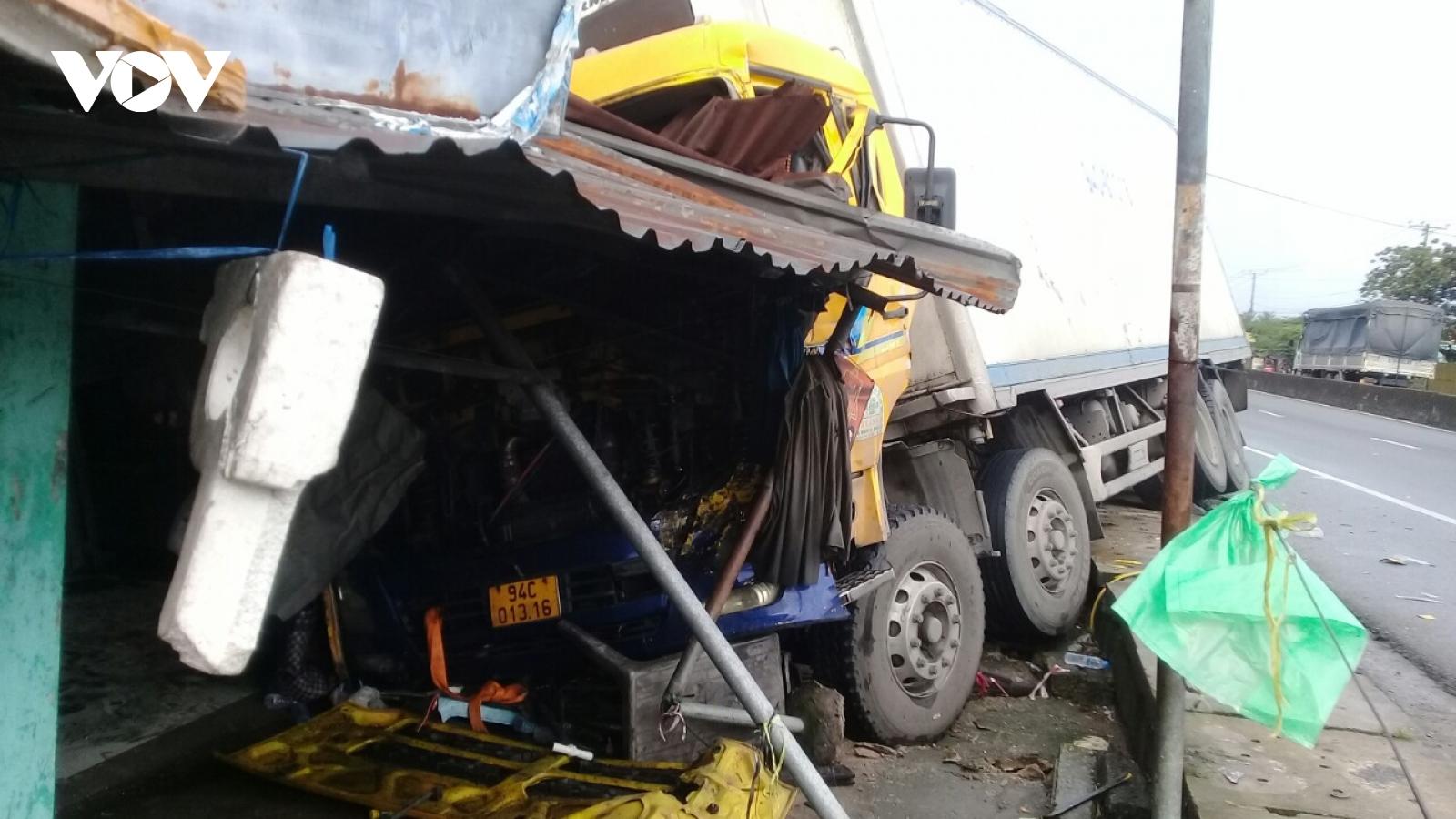 Xe tải mất lái gây tai nạn làm ùn ứ giao thông nghiêm trọng trên QL1 qua tỉnh Tiền Giang