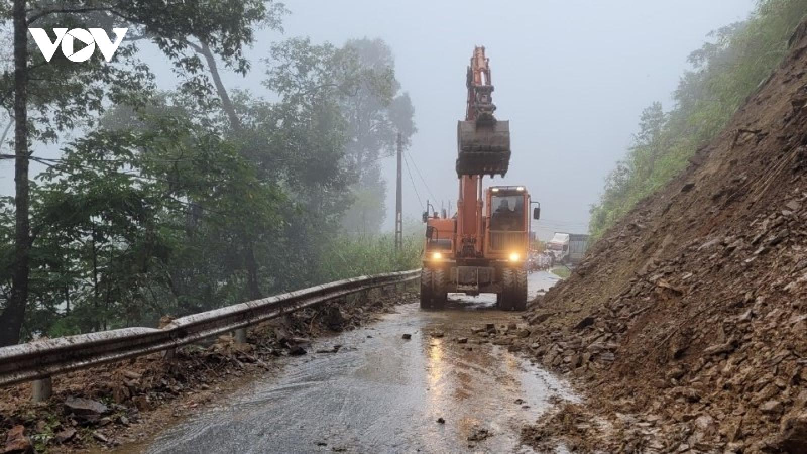 Thông xe qua đèo Khau Phạ ở Yên Bái sau sạt lở