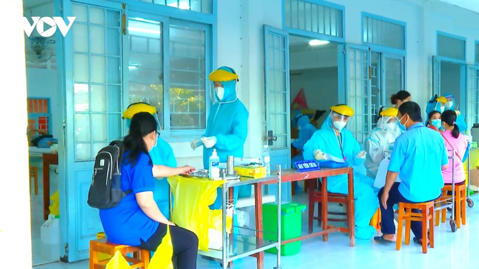 Người dân ĐBSCL phấn khởi khi được tiêm vaccine đại trà