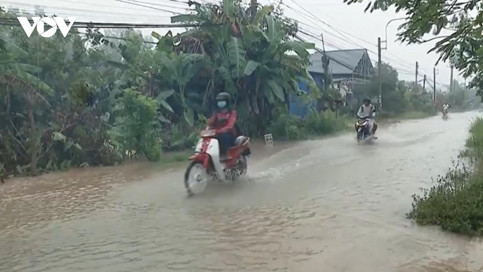 Triều cường dâng cao gây ngập nhiều tuyến đường trong nội ô tỉnh Vĩnh Long