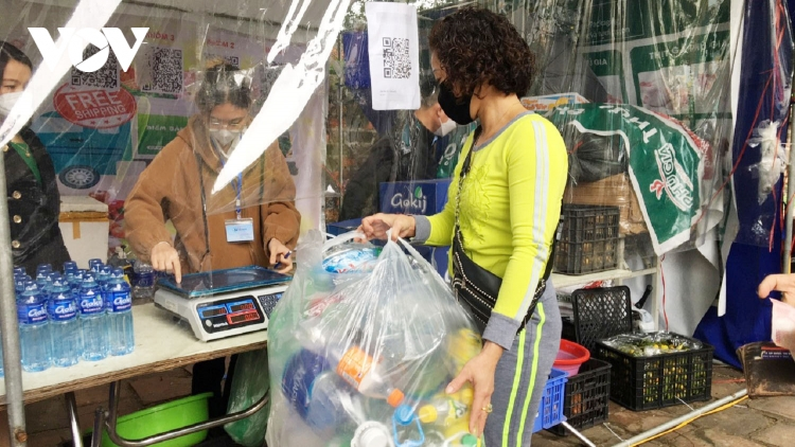 Người dân Hà Nội thích thú với gian hàng đổi phế liệu lấy thực phẩm