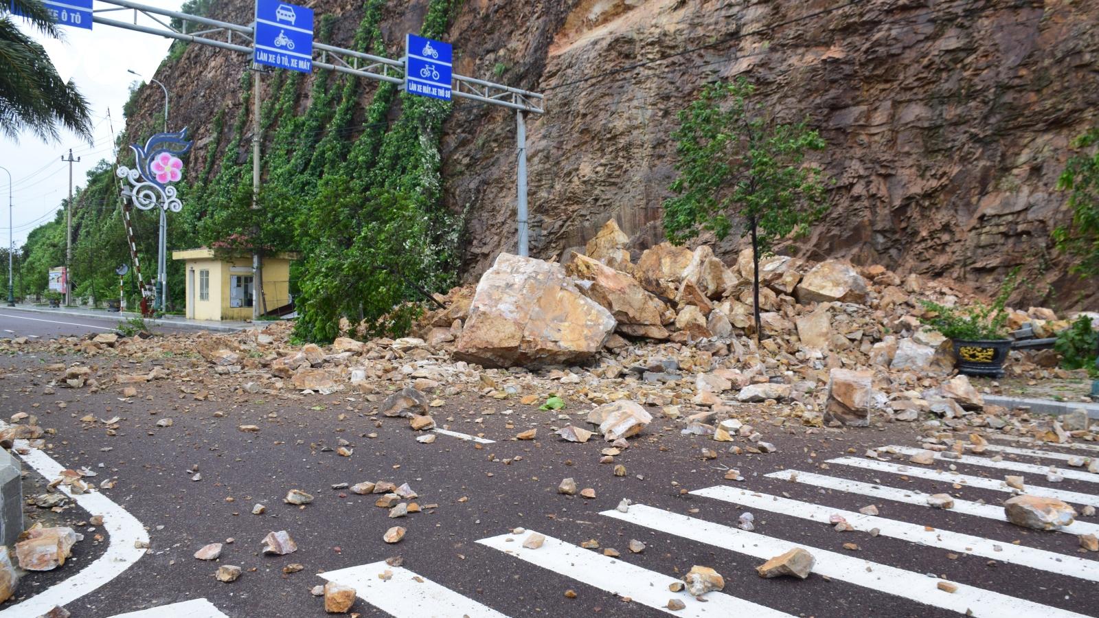 Giây phút lở núi kinh hoàng ở TP Quy Nhơn khiến người đi đường văng ra