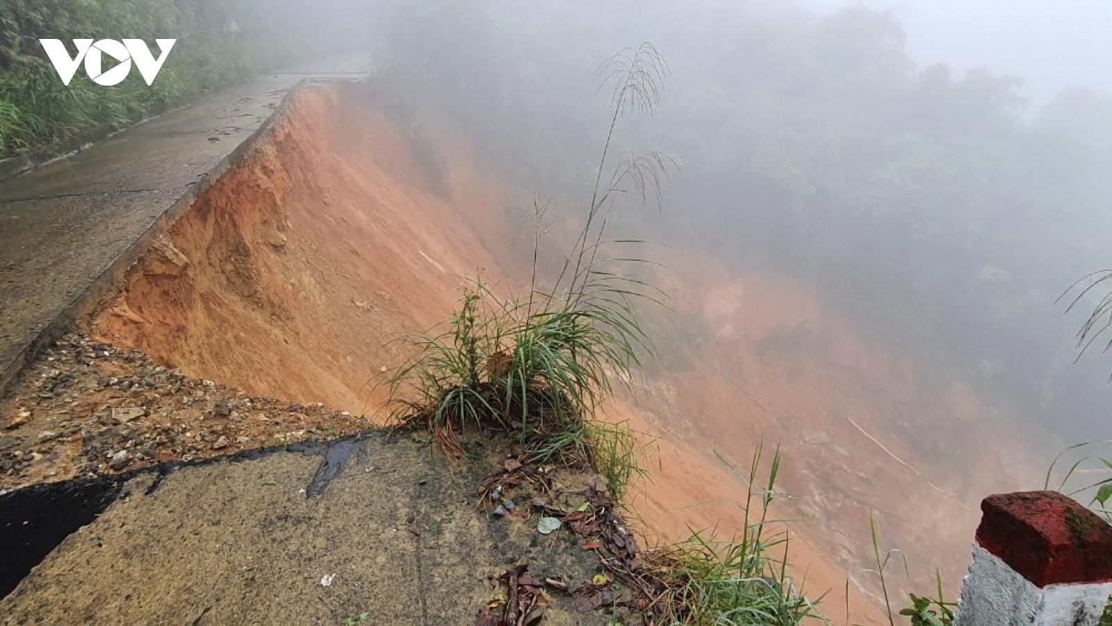 Thừa Thiên Huế: Đường lên đỉnh Bạch Mã bị sạt lở nghiêm trọng