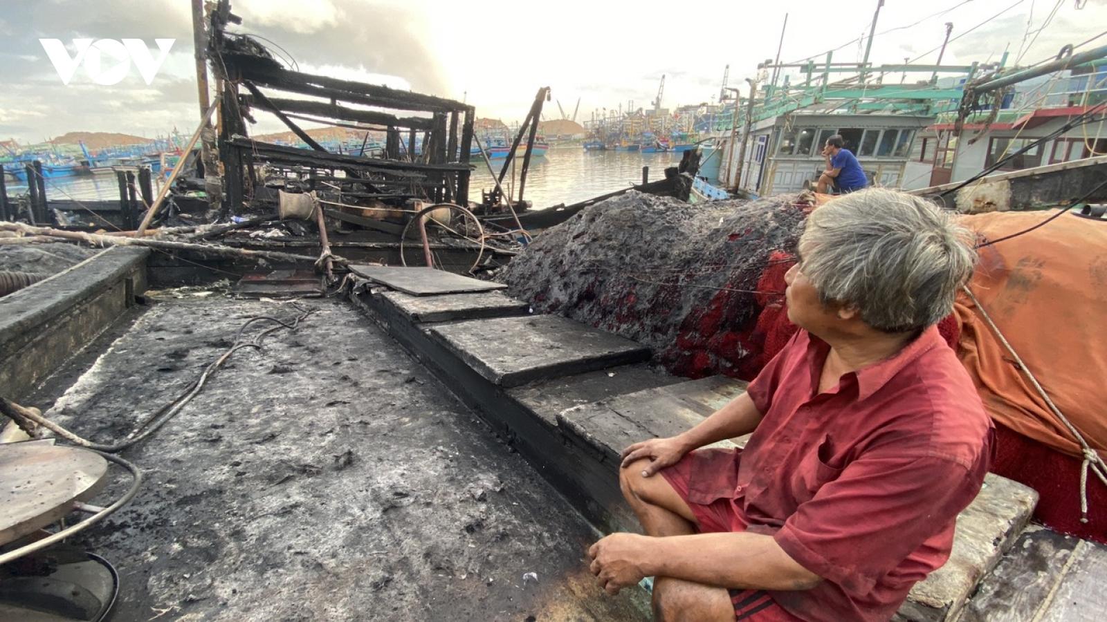 Nhiều tàu cá neo đậu ở Bình Định bị cháy trong trong đêm