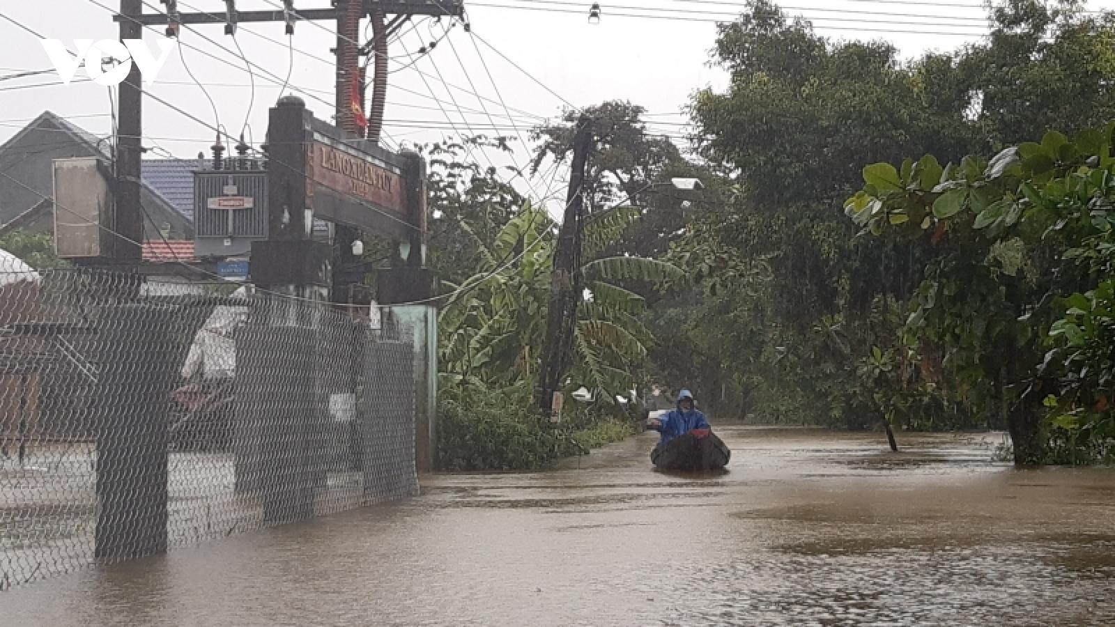 Nhiều vùng thấp trũng ngập sâu, gây chia cắt do mưa lũ ở Thừa Thiên Huế