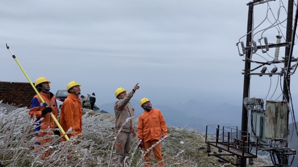 """Những người """"đu dây"""" gõ băng tuyết, đảm bảo lưới điện hoạt động trong giá lạnh"""