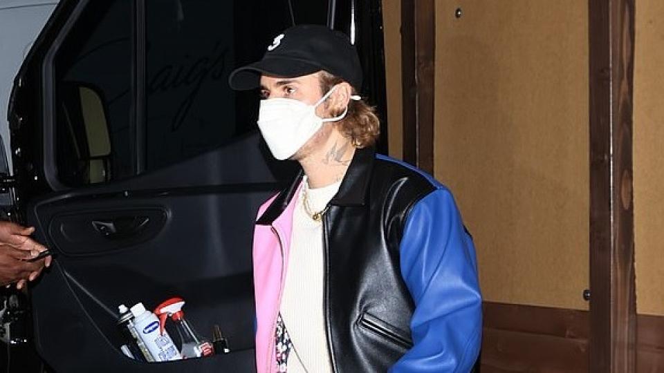 Vợ chồng Justin Bieber diện đồ hiệu sang chảnh đi ăn tối cùng Kendall Jenner