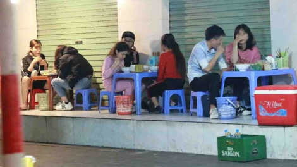 Street food stalls in Hanoi violate COVID-19 guidelines