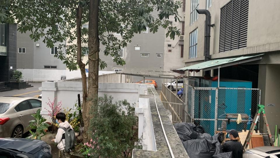 Hiện trường khu vực bé gái 3 tuổi rơi từ tầng 12A chung cư ở Hà Nội