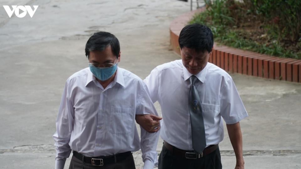 """Cựu Bộ trưởng Vũ Huy Hoàng được dìu vào hầu tòa vụ """"đất vàng"""""""