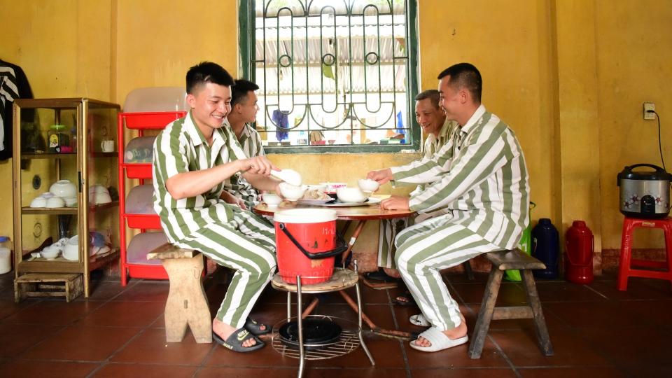 Bữa cơm đặc biệt của các phạm nhân trong trại giam dịp lễ 30/4