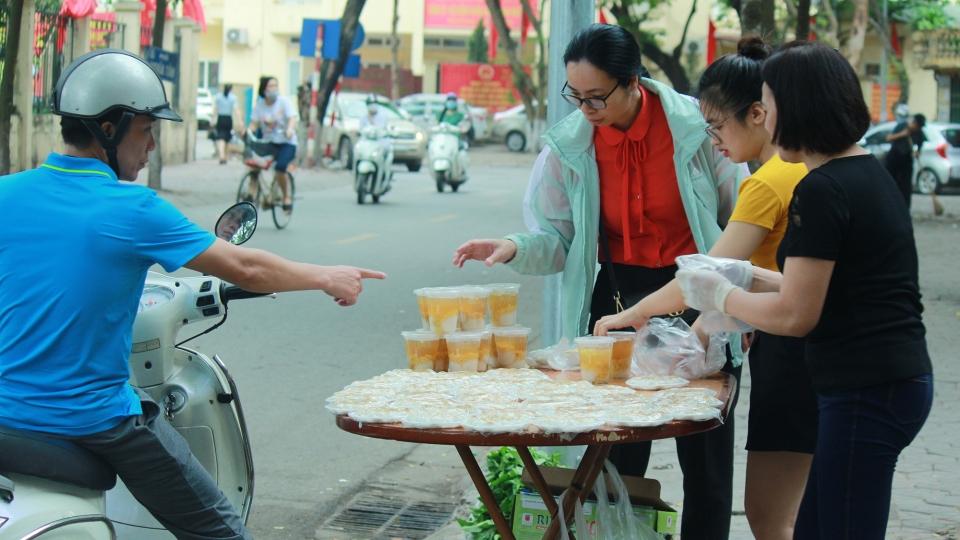 Người Hà Nội dậy sớm chuẩn bị bánh trôi, bánh chay cho Tết Hàn thực