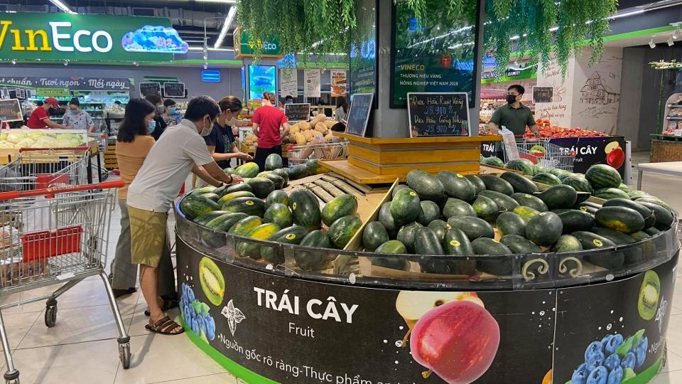 Cảnh trái ngược tại các siêu thị ở Hà Nội: Nơi đông nghẹt, chỗ vắng hoe