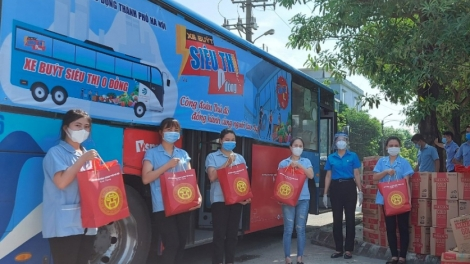 Mobile supermarkets bring free daily necessities to COVID-hit people