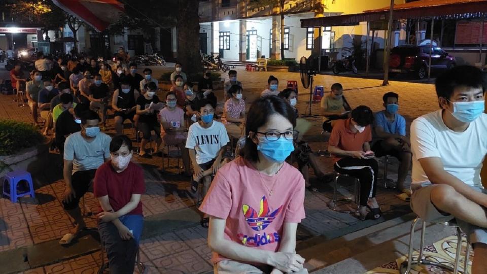 Người dân Hà Nội xếp hàng chờ tiêm vaccine trong đêm