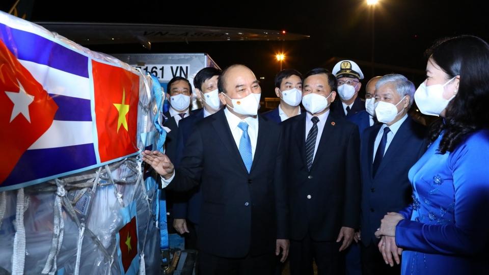 Ảnh: Chuyên cơ chở Chủ tịch nước Nguyễn Xuân Phúc về đến Hà Nội cùng lượng lớn vaccine
