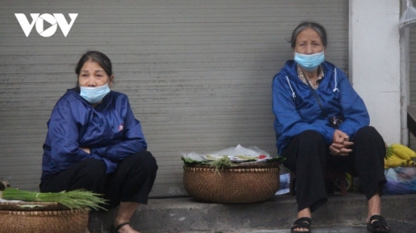 Hanoians bundle up as the capital is hit by early cold spell