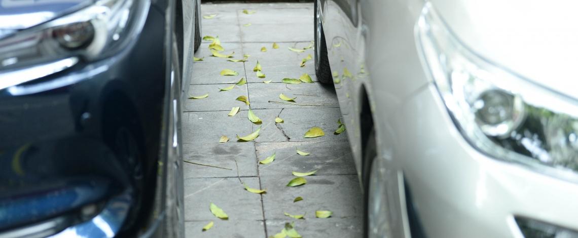 """Đá """"vĩnh cửu"""" ở Hà Nội chưa lát xong đã vỡ nát vì ô tô leo lên vỉa hè đậu đỗ"""