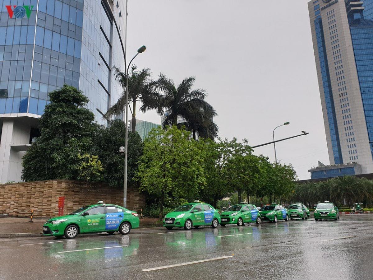 """Lái xe taxi, xe ôm công nghệ khẩu trang kín mít """"xuống đường"""" sau cách ly"""