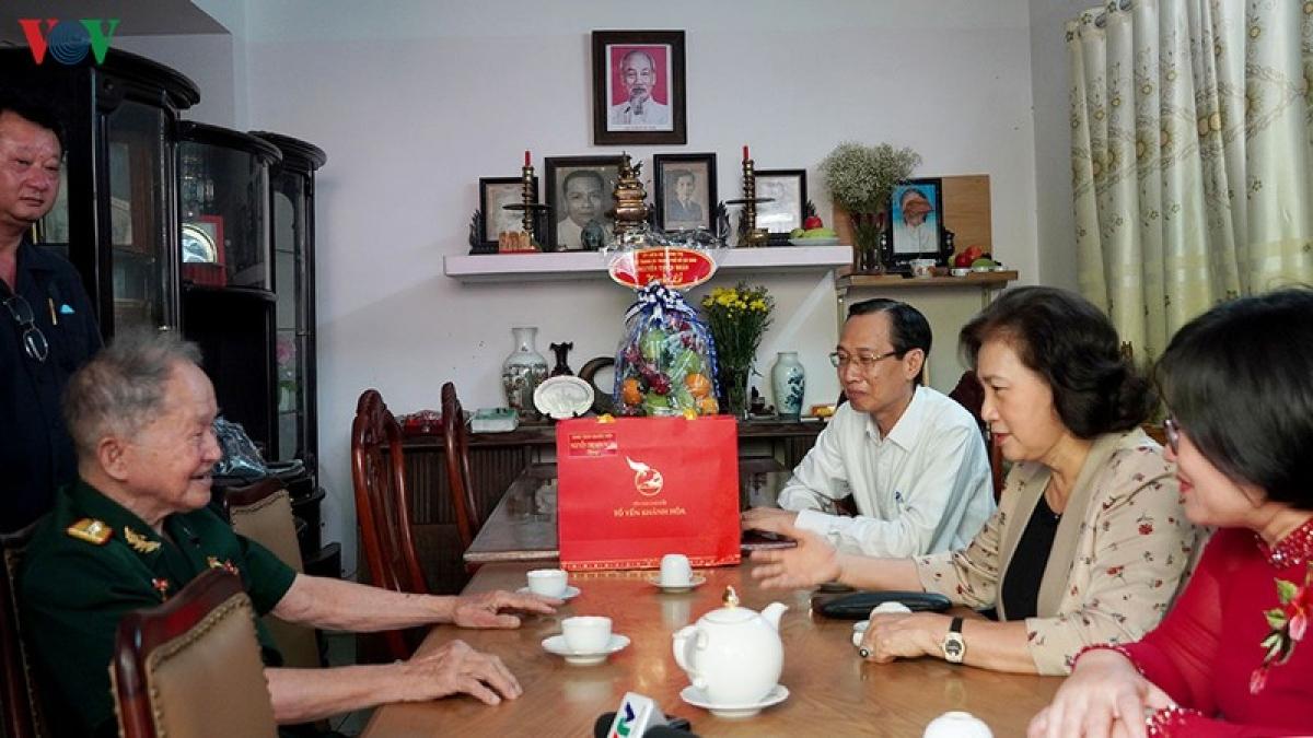 Chủ tịch Quốc hội ân cần thăm hỏi sức khỏe Đại tá Nguyễn Văn Tàu.