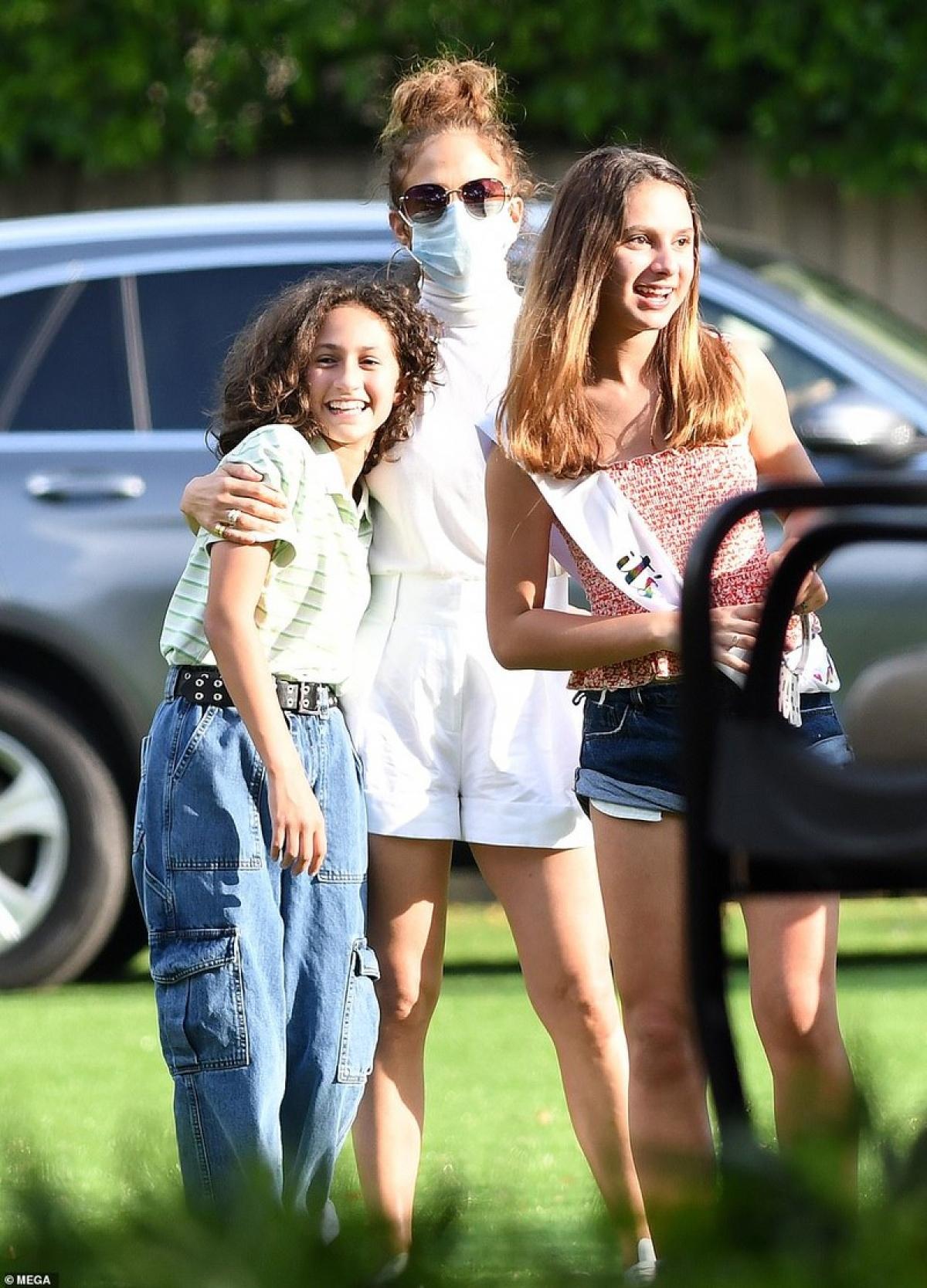 Jennifer Lopez vui vẻ khi chạm mặt vợ cũ của bạn trai kém 6 tuổi