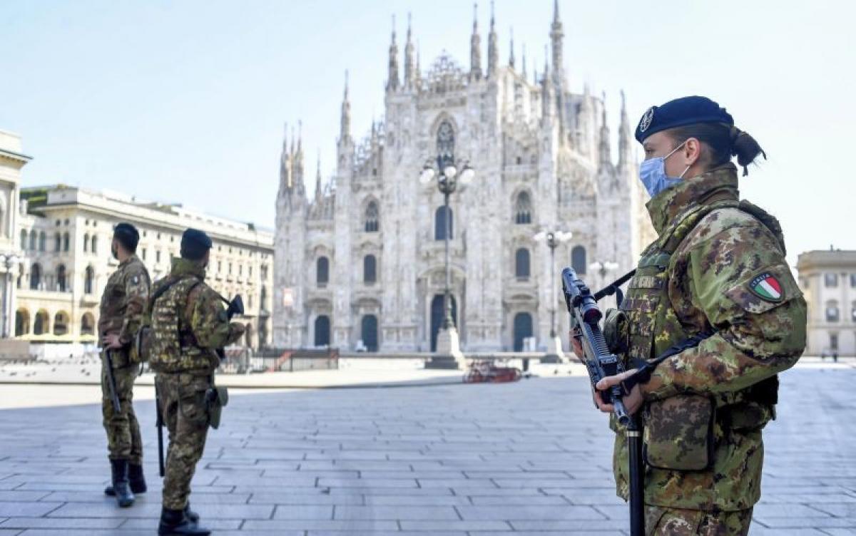 Binh sĩ Italy kiểm soát việc đi lại tại Milan. Ảnh: Reuters