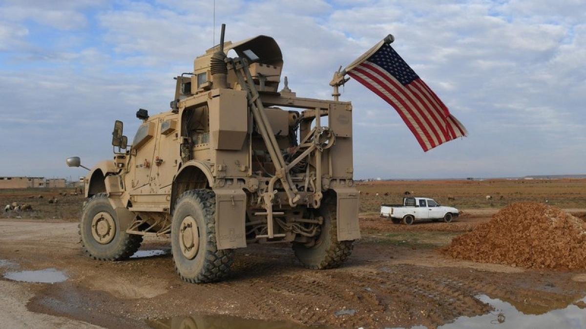 Xe tuần tra của quân đội Mỹ trên một con đường từ Raqqa tới Al-Hasakah, Syria. Ảnh: Sputnik