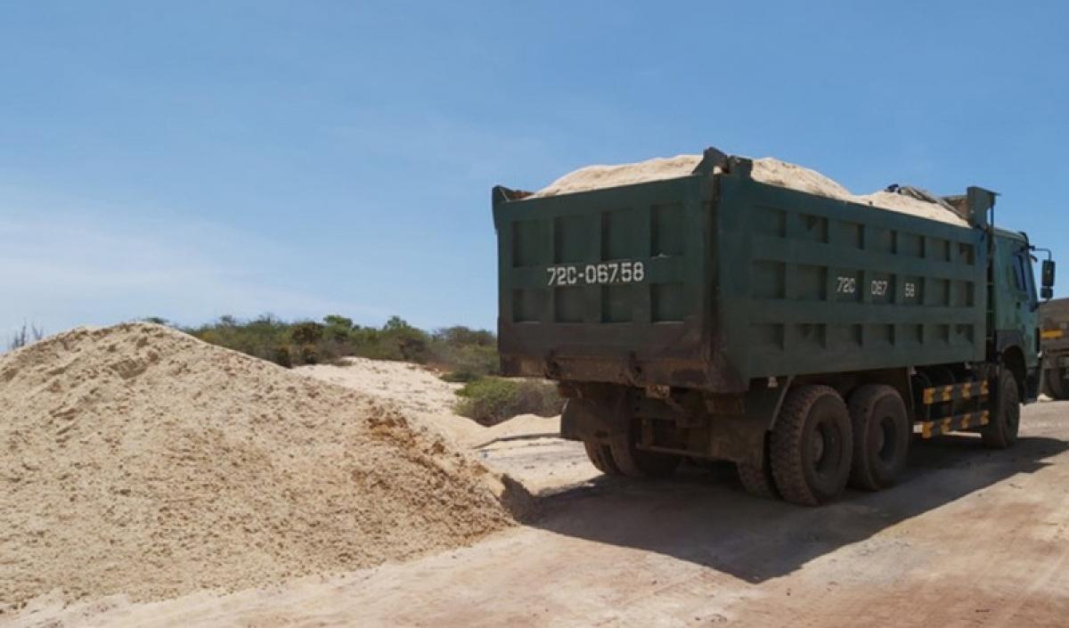 Nhiều xe ben chuẩn bị đưa cát ra ngoài thì bị lực lược chức năng phát hiện.