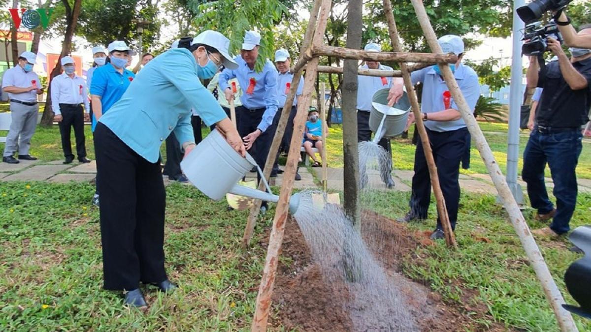 Lãnh đạo TPHCM tham gia trồng cây tại Công viên Khánh Hội.