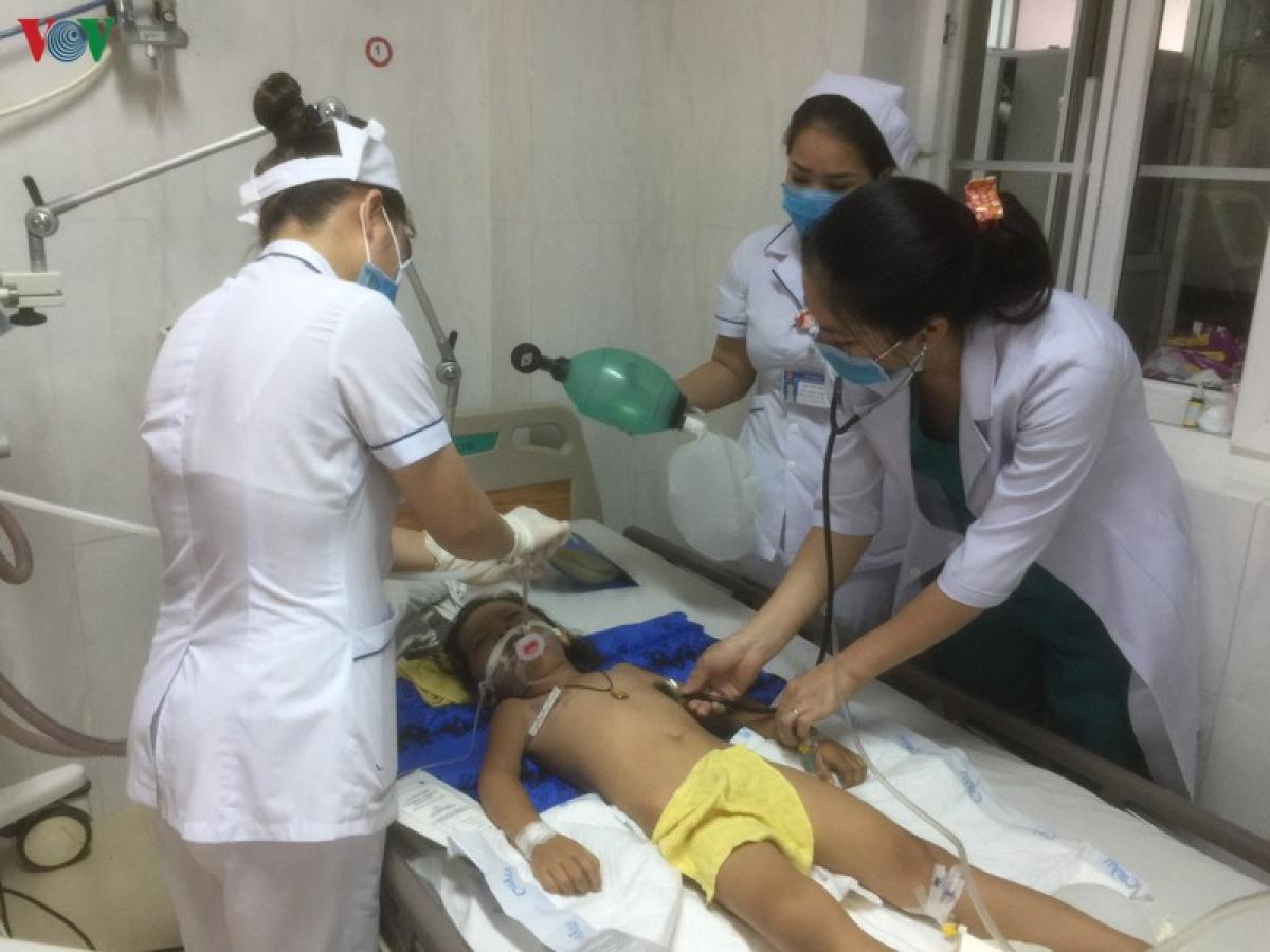 Bé Nay H'Đa đang được điều trị tích cực tại khoa Hồi sức cấp cứu nhi và nhi sơ sinh , Bệnh viện Đa khoa vùng Tây Nguyên.
