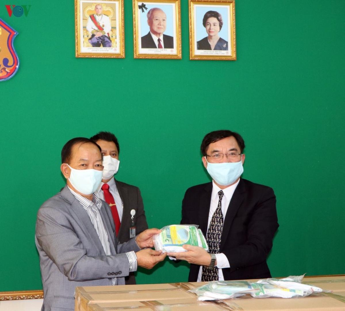 Công sứ Lại Xuân Chiến (phải) trao quà cho Tổng cục trưởng Tổng cục trại giam Campuchia.