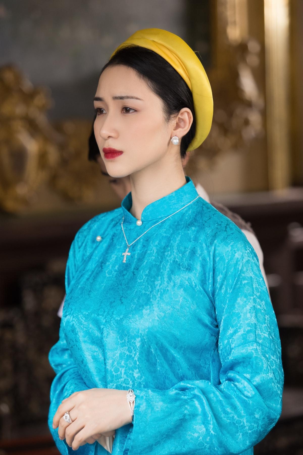 Hòa Minzy trong tạo hình Hoàng hậu Nam Phương.