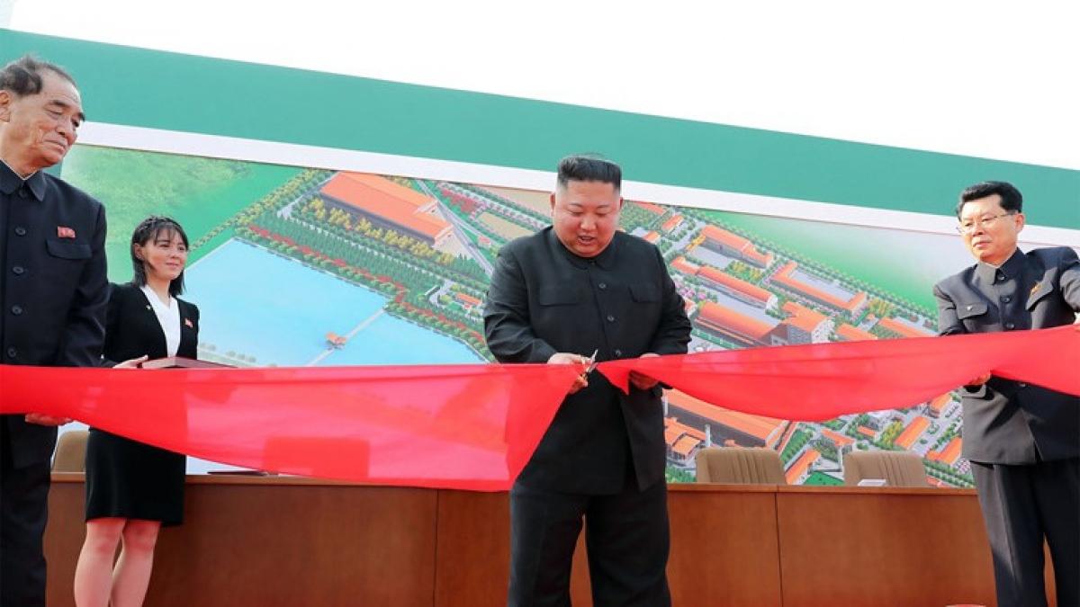 Ông Kim Jong-un cắt băng khánh thành nhà máy hôm 1/5. Ảnh: KCNA/AFP