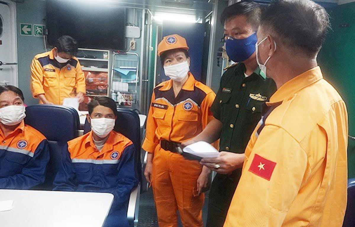 7 thuyền viên trên tàu cá gặp nạn được đưa sang tàu SAR 274.