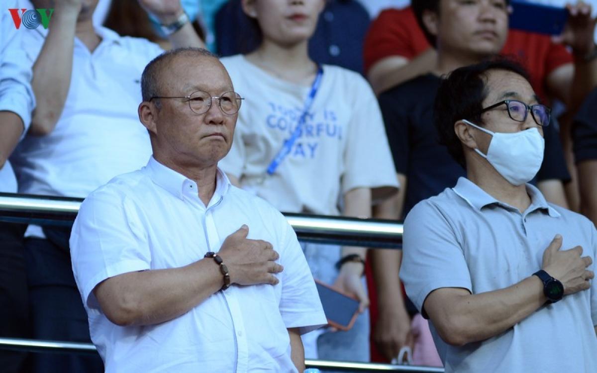 HLV Park Hang Seo dự khán trận Nam Định vs HAGL (Ảnh: Dương Thuật).