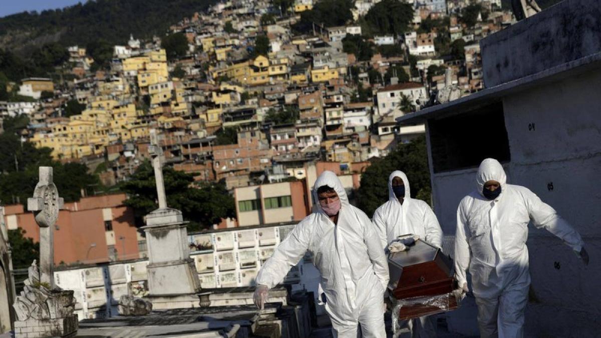 Các nhân viên mai táng vận chuyển quan tài người tử vong do Covid-19 tại Rio de Janeiro, Brazil. Ảnh: Reuters