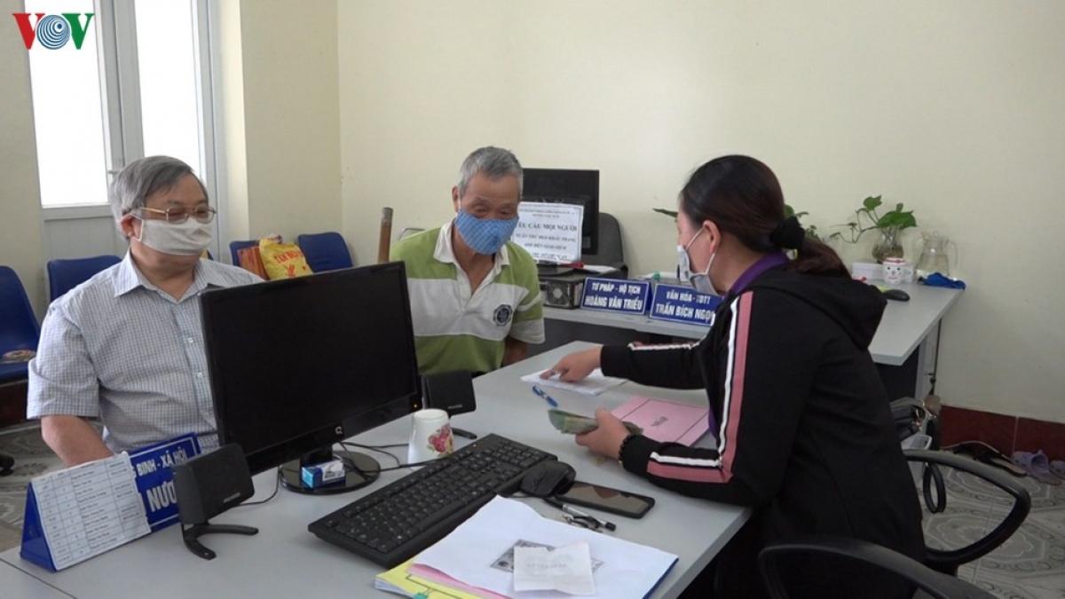 Người có công và đối tượng bảo trợ xã hội tại tỉnh Cao Bằng nhận tiền hỗ trợ tại trụ sở xã, phường, thị trấn.