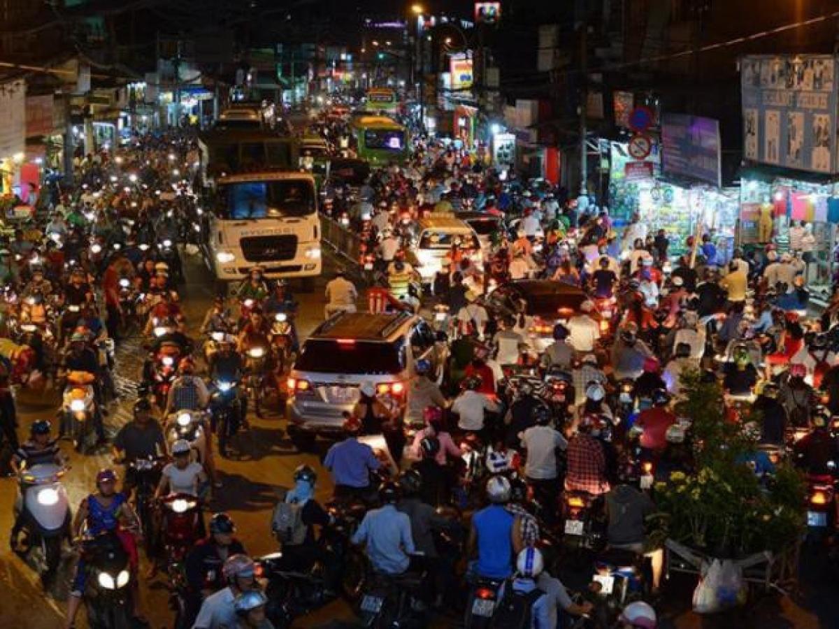 Trên thế giới, xe máy được coi là phương tiện yếu thế hơn ô tô, nên Công ước Viên quy định bật đèn nhận diện xe máy cả ngày (không phải đèn chiếu sáng) để người điều khiển ô tô phát hiện xe máy.