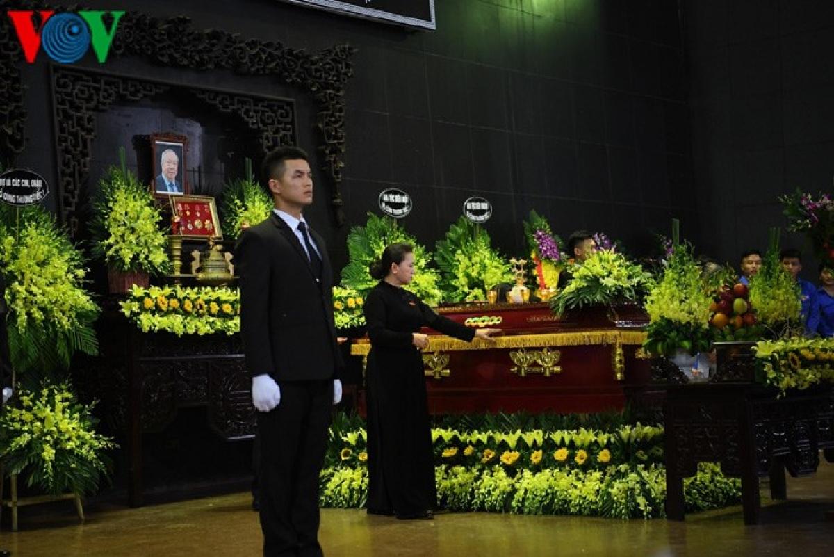Chủ tịch Quốc hội Nguyễn Thị Kim Ngân vĩnh biệt ông Vũ Mão lần cuối.