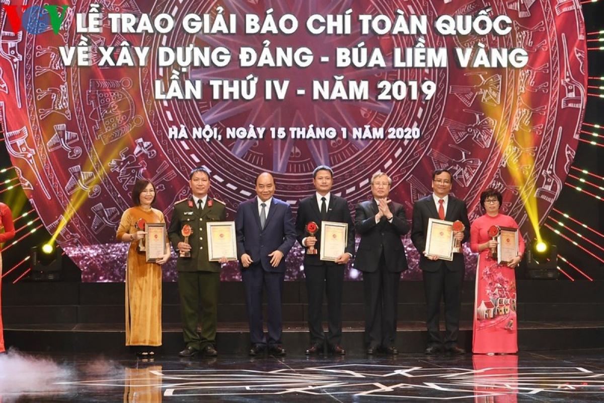Thủ tướng Nguyễn Xuân Phúc và Thường trực Ban Bí thư Trần Quốc Vượng trao giải A giải Búa liềm vàng 2019 cho các tác giả, nhóm tác giả.